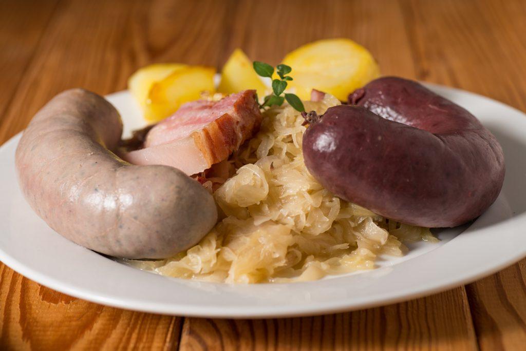 Schlachtplatte mit Sauerkraut, Blutwurst und Leberwurst