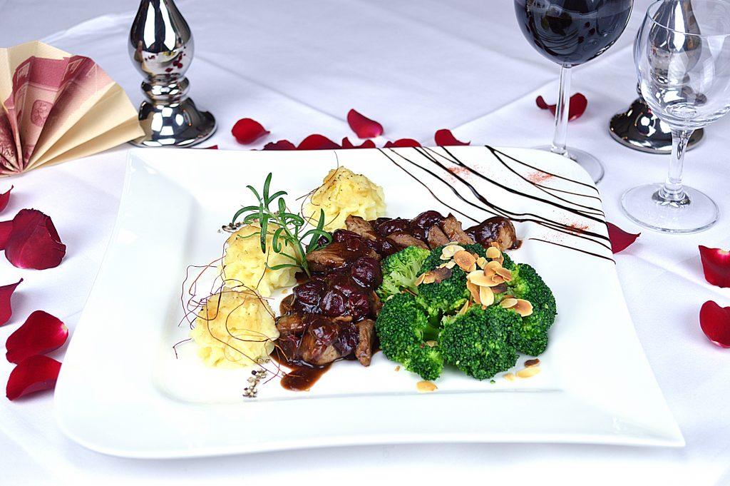 Filetspitzen in Kirsch-Calvados-Soße, dazu Mandeln-Broccoli an Herzogin Kartoffeln