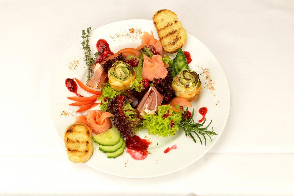 Valentinssalat (gemischte Salat mit Räucherlachs), dazu Knoblauchbrot